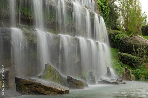 Główne wodospady, w pobliżu sztucznego jeziora w dzielnicy EUR w Rzymie