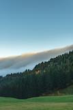 Idylle mit Nebel über dem Berg