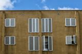 Fachada con ventanas/ Fachada de color ocre con ventanas - 233415803