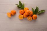 mandarini con sfondo legno chiaro