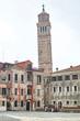 Platz Kirche Turm schief