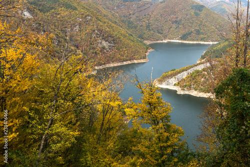 Zadziwiający jesień krajobraz Tsankov kamak rezerwuar, Smolyan region, Bułgaria