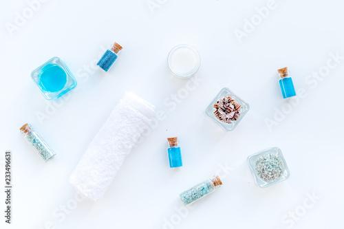 Morze sól dla zdroju i aromata zdroju kosmetyków blisko ręcznika i skorup na białego tła odgórnym widoku