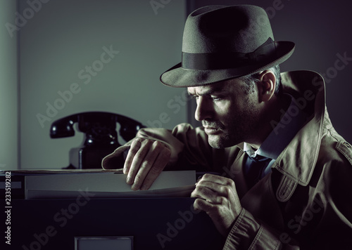 Leinwanddruck Bild Undercover spy stealing files