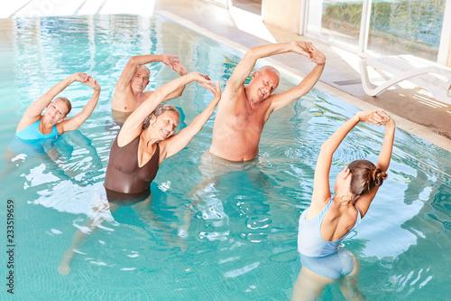 Leinwandbild Motiv Senioren machen Wassergymnastik in der Reha