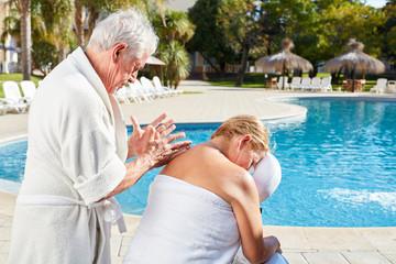 Senior Frau bekommt Rücken Massage