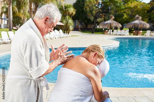 Senior kobieta wraca masaż