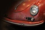 Ausschnitt eines kultigen alten roten Sportwagens zu sehen Teil von Haube und Scheinwerfer