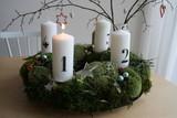festlicher Adventskranz zur Weihnachtszeit mit 4 Kerzen Ziffern - 233545891
