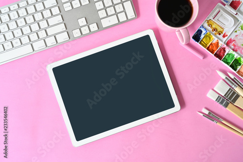 Widok z góry artysta różowy obszar roboczy z kreatywnych dostaw i miejsca kopiowania.