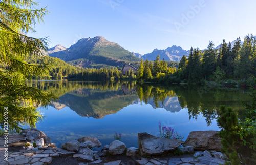 poranna scena nad jeziorem w Tatrach