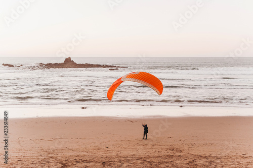 Foto Murales Paragliding on the beach in the legzira of Morocco