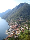 Lac de Côme, vue aérienne sur le village d'Argegno au pied d'une montagne (Italie) - 233626455