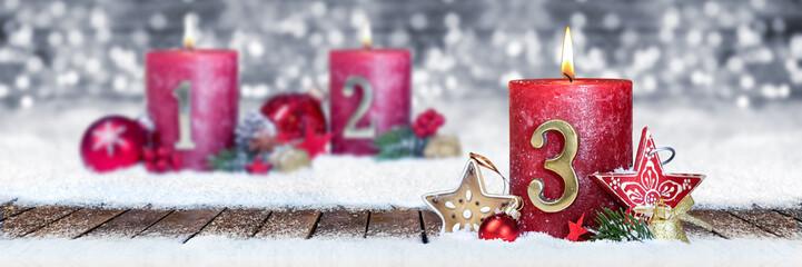 Dritter Advent schnee panorama Kerze mit Zahl dekoriert weihnachten Aventszeit holz hintergrund lichter bokeh / third sunday advent © stockphoto-graf