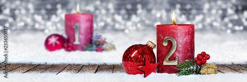 Leinwanddruck Bild Zweiter Advent schnee panorama Kerze mit Zahl dekoriert weihnachten Aventszeit holz hintergrund lichter bokeh / second sunday advent
