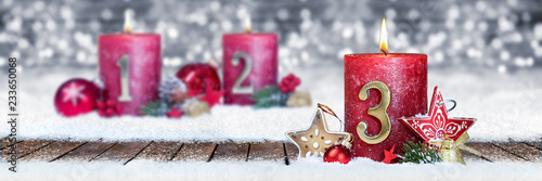 Dritter Advent schnee panorama Kerze mit Zahl dekoriert weihnachten Aventszeit holz hintergrund lichter bokeh / third sunday advent - 233650068