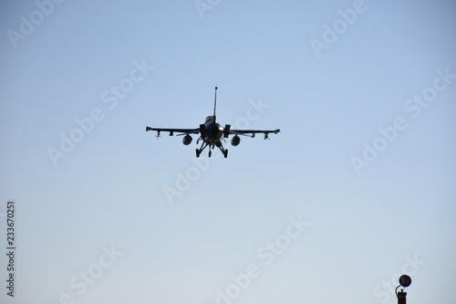 fototapeta na ścianę Military Jet - F16 Landing