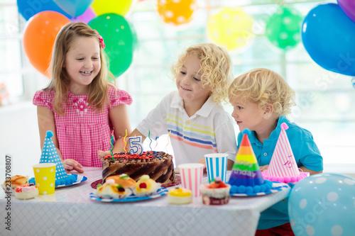 Impreza urodzinowa dla dzieci. Dziecko dmuchanie świeca ciasto