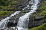 kaskadierter wasserfall stürzt über Felsen ins Tal in Norwegen