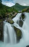 Langzeitbelichtung eines Gerbirgsflusses in Norwegen mit Felsen im Bachlauf, Norwegen - 233764642