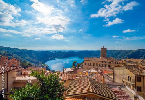 Nemi (Włochy) - ładne miasteczko w rzymskim mieście Rzym, na wzgórzu z widokiem na jezioro Nemi, wulkaniczne jezioro kraterowe.