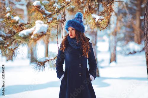 Portret piękna młoda kobieta na zima dniu