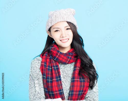 Piękny szczęśliwy młodej kobiety zimy portret
