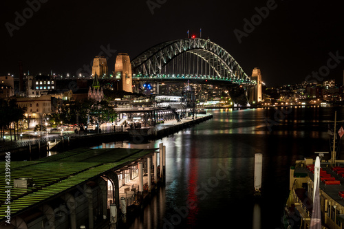 mata magnetyczna Sydney Harbour Bridge and circular Quay before dawn