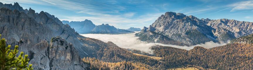 rivière de nuage en vallée au Dolomites © rochagneux