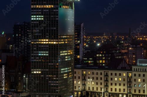 fototapeta na ścianę Widok na budynki miejskie nocą.