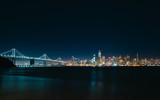Die Baybridge und Skyline Downtown San Francisco in der Nacht