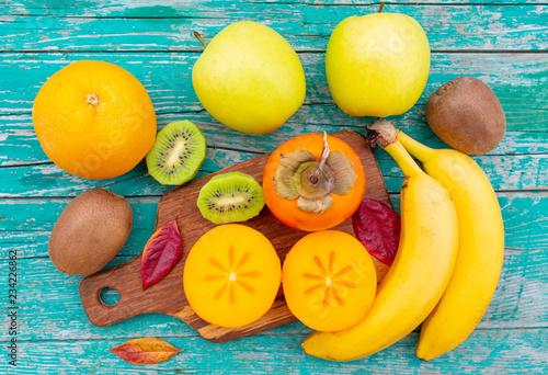 Dojrzałe różne owoc na drewnianej desce.