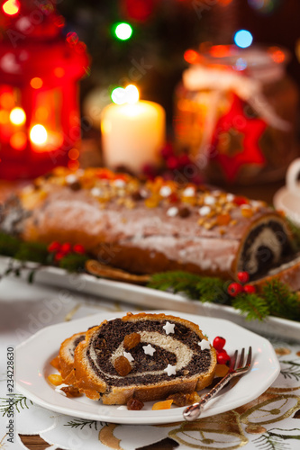 Rolada z makiem w świątecznej dekoracji. Podawane z kawą lub herbatą.