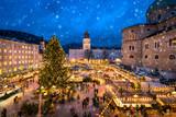 Salzburger Christkindlmarkt auf dem Domplatz im Winter, Österreich
