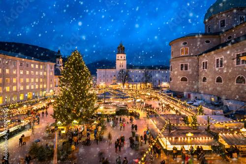 Leinwandbild Motiv Salzburger Christkindlmarkt auf dem Domplatz im Winter, Österreich