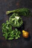Zielone warzywa, zdrowa dieta . Brokułodego szpinaku, pęczek koperku i gruszka na ciemnym tle. - 234295603