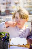 belle jeune fille dégustant une gaufre © Image'in