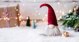 Frohe Weihnachten - Kleiner Wichtel zwischen Geschenken, Schnee und weihnachtlicher Dekoration im Winter  - 234369884
