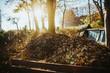 Ein großer Haufen Laub in einem Garten im Herbst