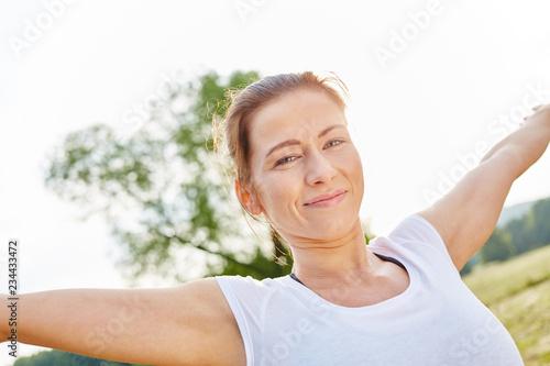 Leinwanddruck Bild Glückliche junge Frau beim Aufwärmen