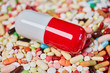 Leinwandbild Motiv Große Pille und viele bunte Medikamente