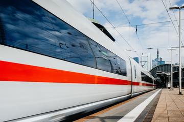 Zug fährt in den Frankfurter Bahnhof ein