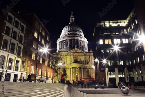 St Paul katedra Londyn noc