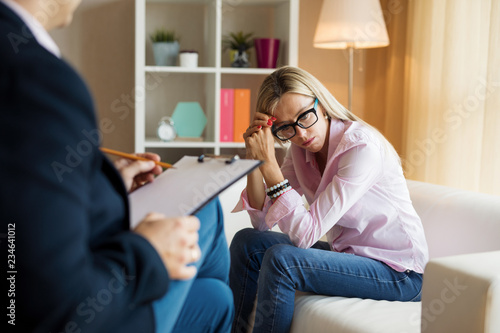 Młoda kobieta rozmawia z psychoterapeutą