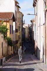 Rue de ville du sud de la France et batiment délabré