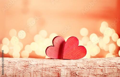 Serca na drewnianej gałąź i tle są bokeh.
