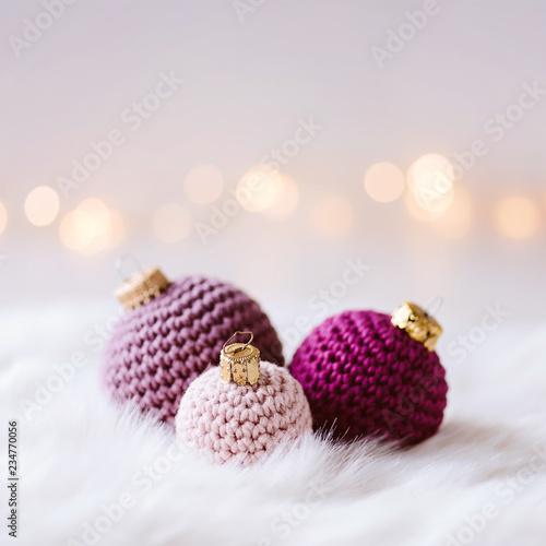 Leinwanddruck Bild Kuschelige Weihnachtsgrüße - gehäkelte Weihnachtskugeln aus Wolle in pastelligen Farben