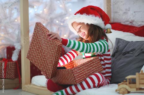 szczęśliwe dziecko w piżamie z prezentami