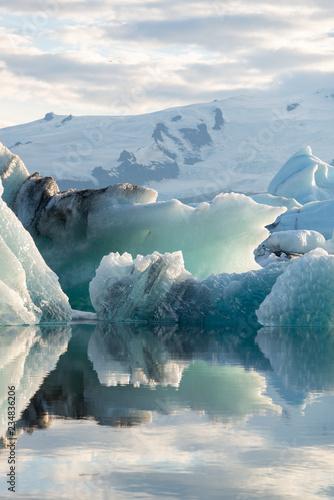kristallklare Eisformationen schwimmen in der Abendsonne auf dem Gletschersee