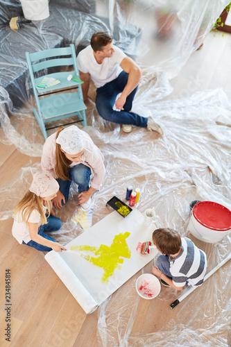 Leinwanddruck Bild Kinder bemalen Tapete bei Haus Renovierung